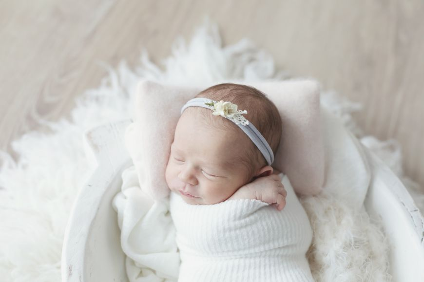 shooting photo bébé qui dort en blanc