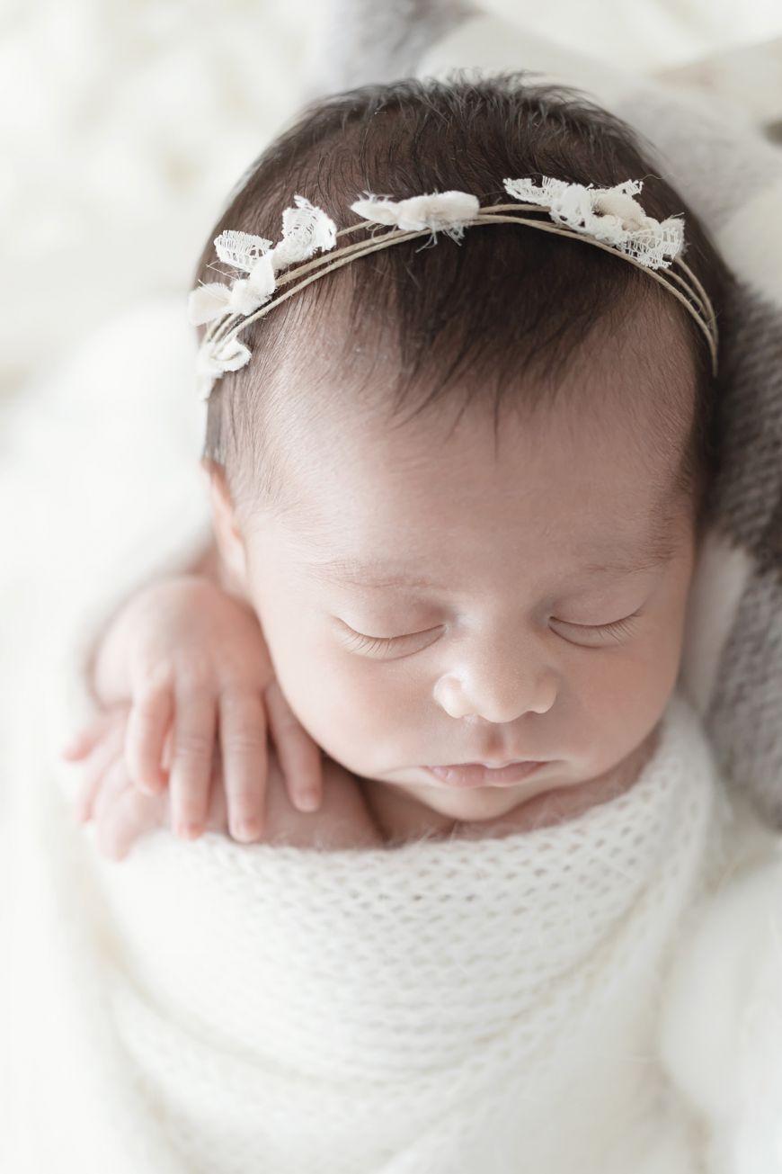shooting photo bébé qui dort en blanc zoom