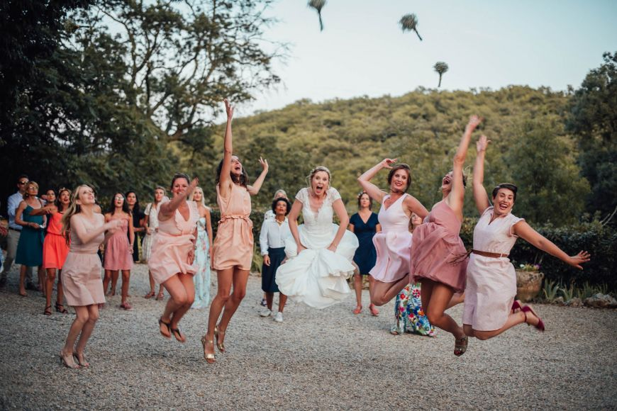 photo de groupe originale lancer de bouquet