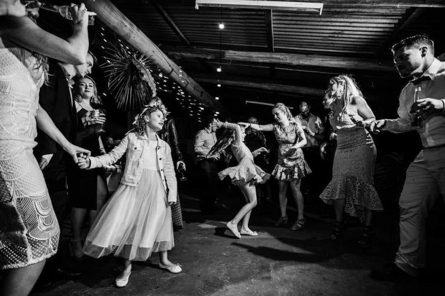 photo mariage avec enfants petite fille soirée dansante
