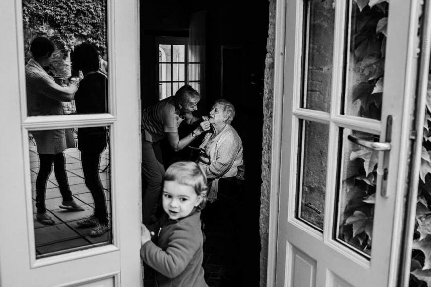 photo mariage avec enfants petit garçon et grand-mère