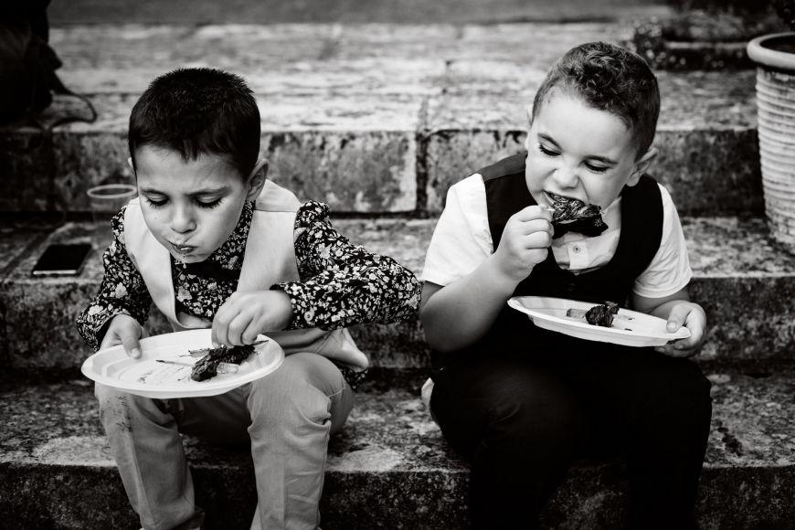 Photo mariage avec enfants qui mangent