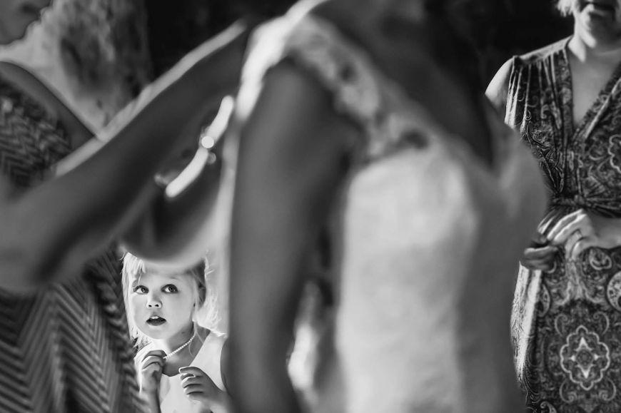 photo mariage avec enfants petite fille admirative devant la mariée