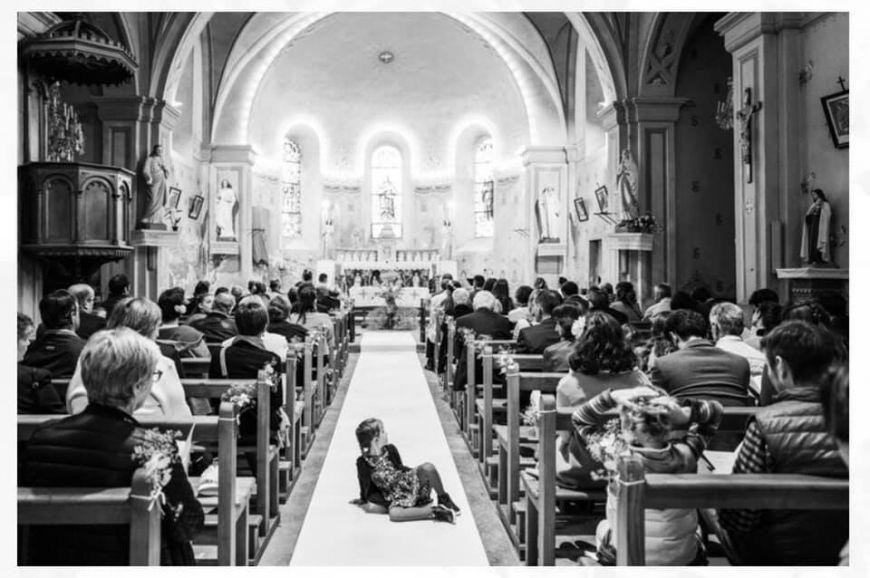 photo mariage avec enfants église noir et blanc