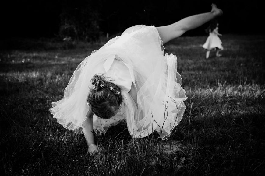 photo mariage avec enfant petite fille noir et blanc