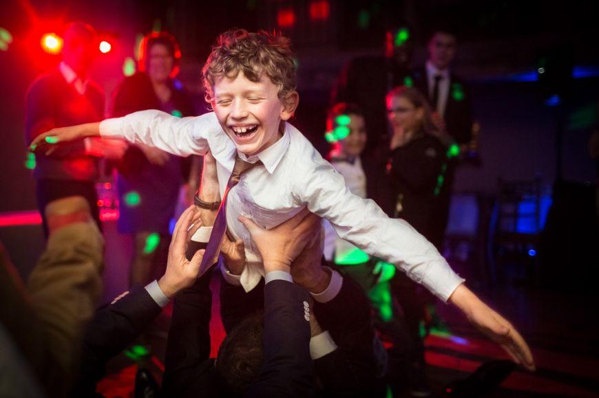 photo mariage avec enfants petit garçon soirée dansante