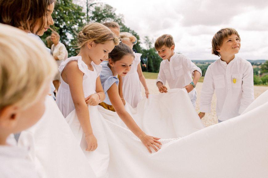 photo mariage avec enfants extérieur blanc
