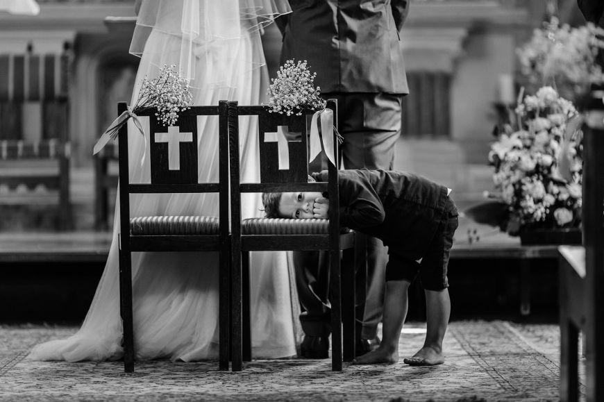 Photo mariage avec enfants autel noir et blanc