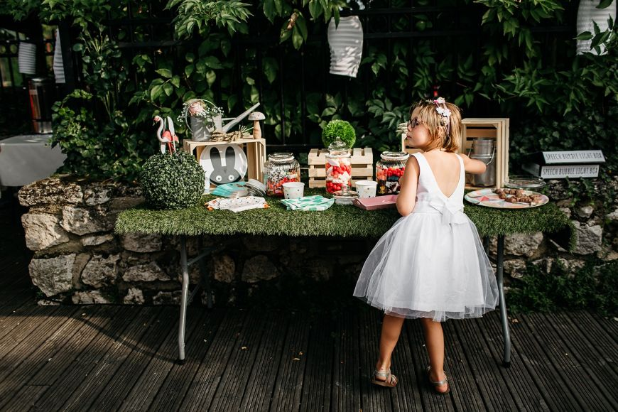 photo mariage avec enfant petite fille bar à bonbon