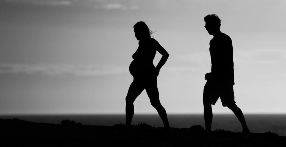 shooting photo grossesse noir et blanc couple