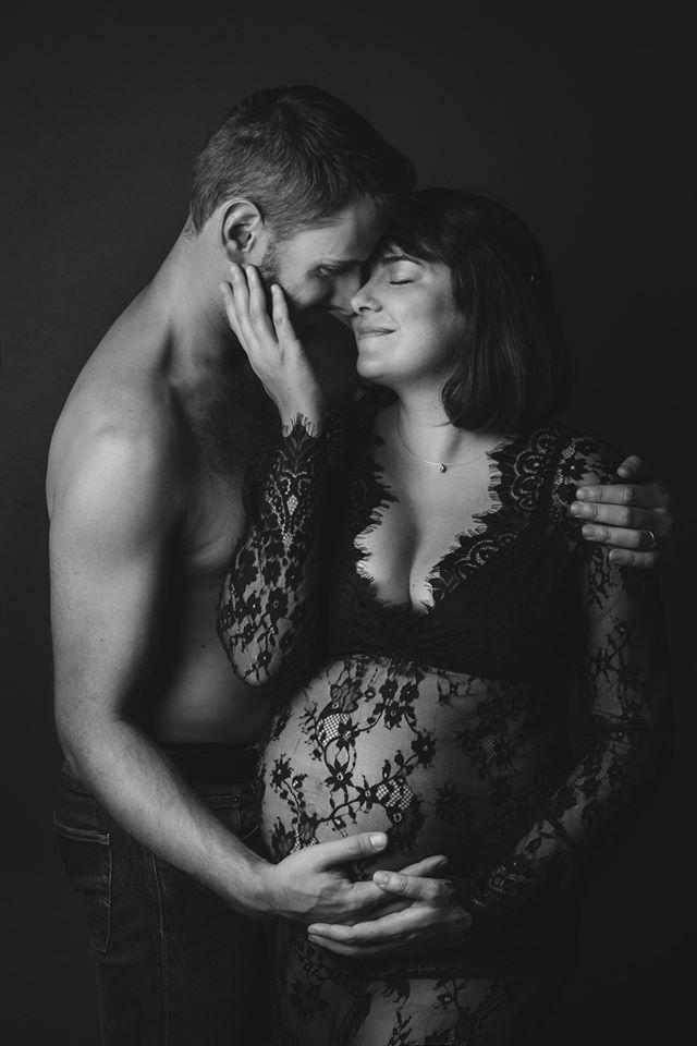 shooting photo grossesse couple noir et blanc