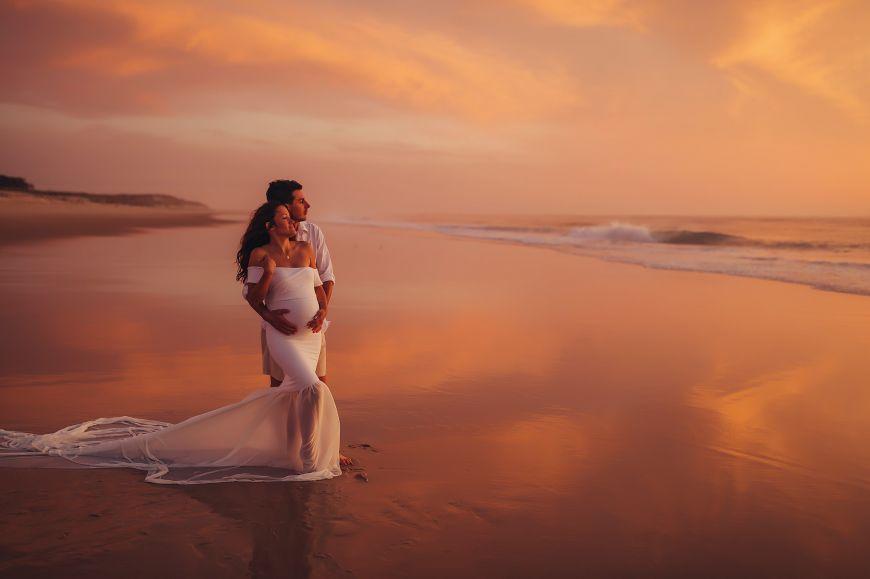 photo grossesse couple plage coucher de soleil
