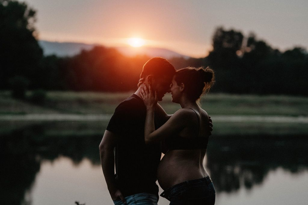 photo grossesse couple coucher de soleil