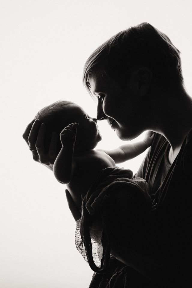 photo maman bébé jeu d'ombre noir et blanc