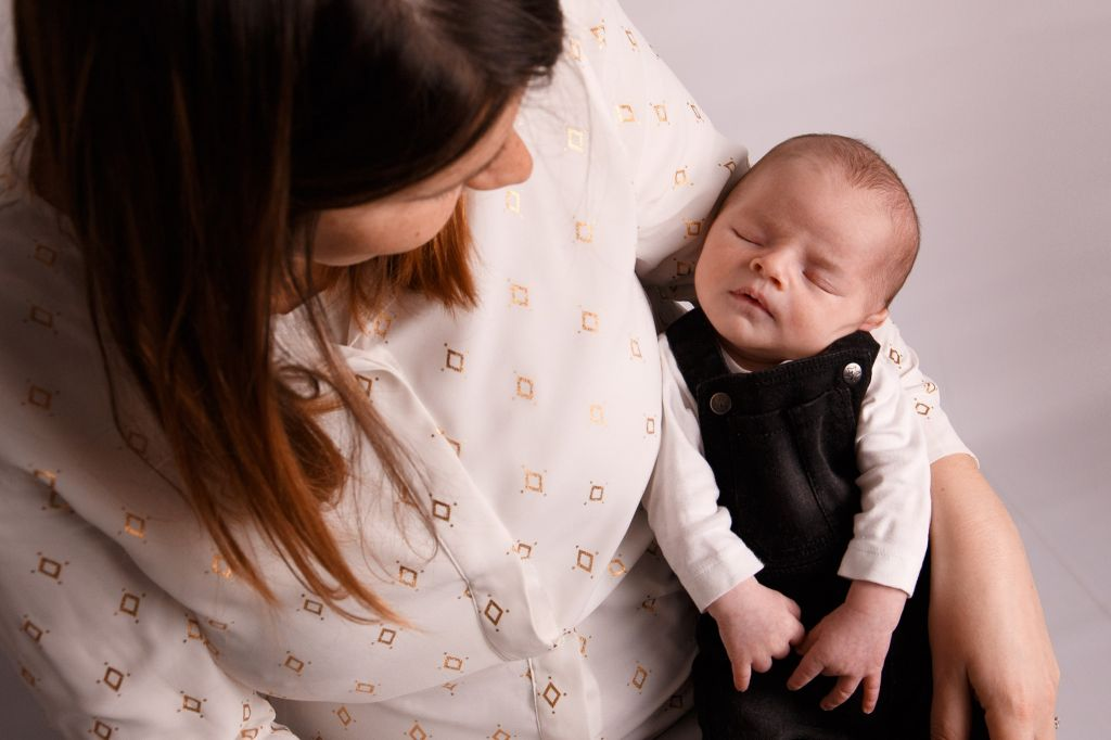 photo maman bébé sieste en couleur