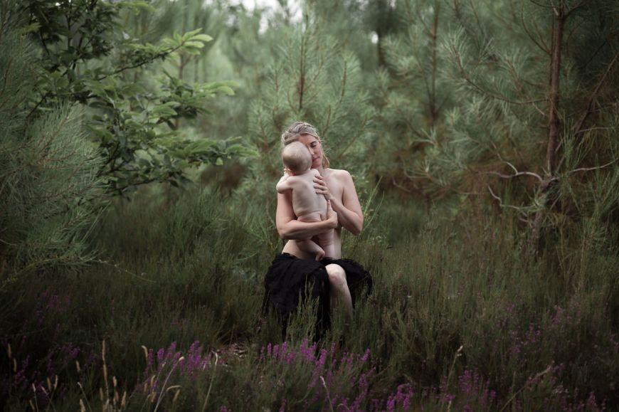 photo maman bébé peau à peau forêt