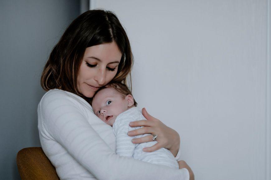 photo maman bébé surpris en couleurs