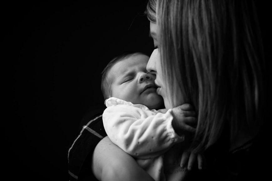 photo maman bébé bisou en noir et blanc