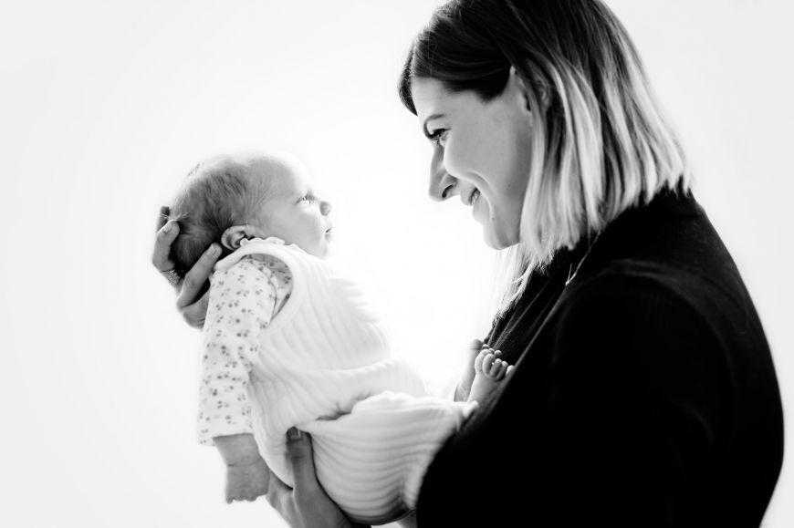 photo maman bébé noir et blanc