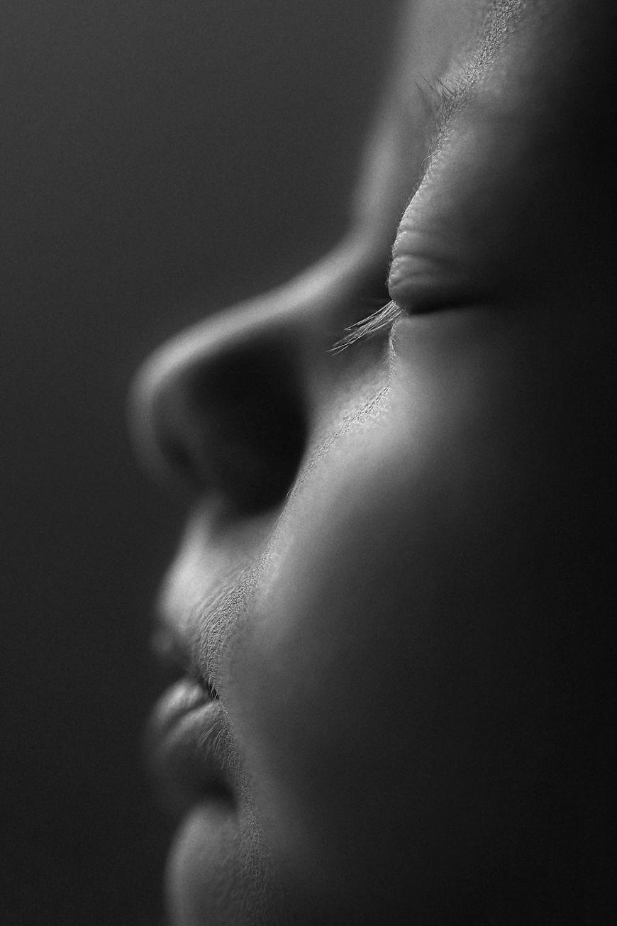 portrait enfant close up bébé noir et blanc