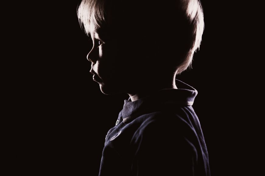 portrait enfant profil garcon sombre