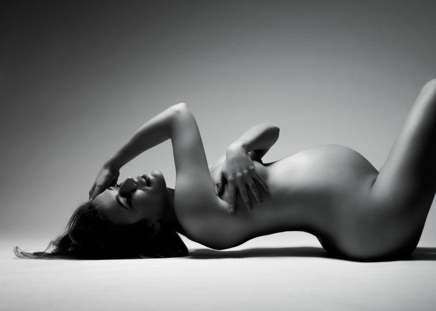 femme enceinte tient son ventre allongée