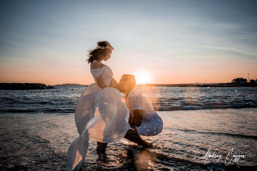 Homme embrasse le ventre de sa femme