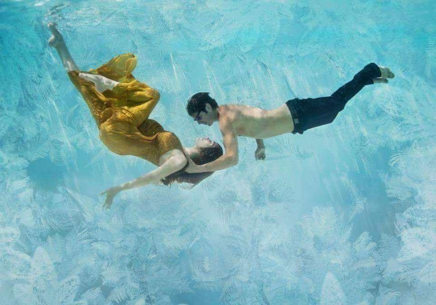 Photo couple femme enceinte sous l'eau