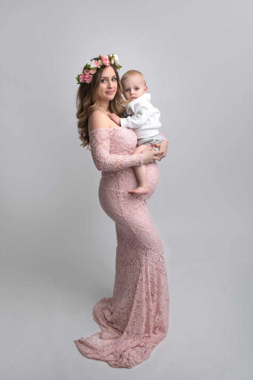 femme enceinte tient son enfant